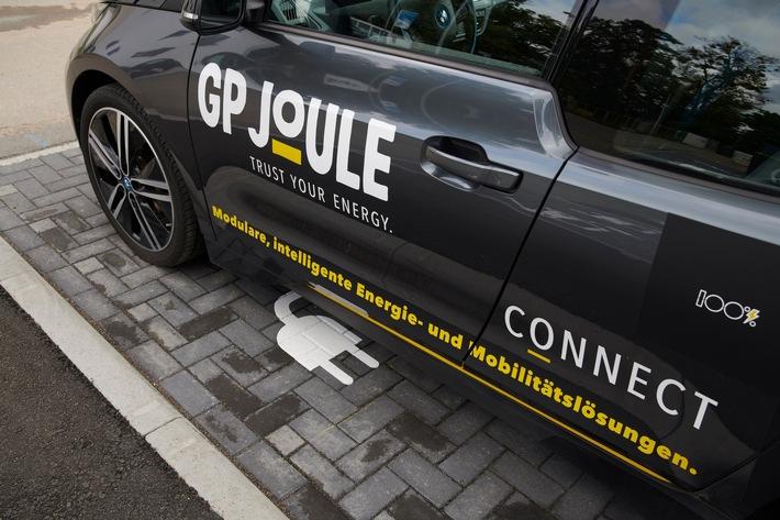 Eines der ersten von geplanten 104 E-Fahrzeugen im Pioneer Park Hanau, dem größten deutschen E-Mobilitätscluster, gestaltet von GP JOULE CONNECT für die LEG Hessen-Hanau GmbH.