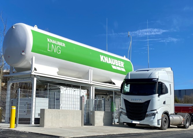 Knauber eröffnet LNG-Tankstelle an der A 45