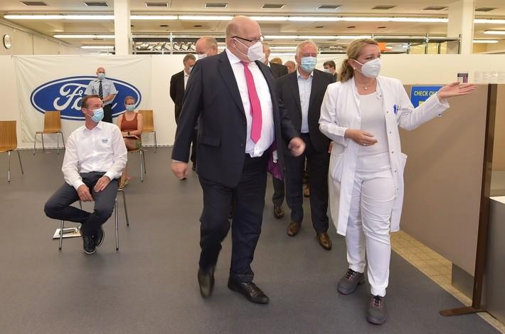 Minister Altmaier zu Besuch im Ford Impfzentrum in Saarlouis