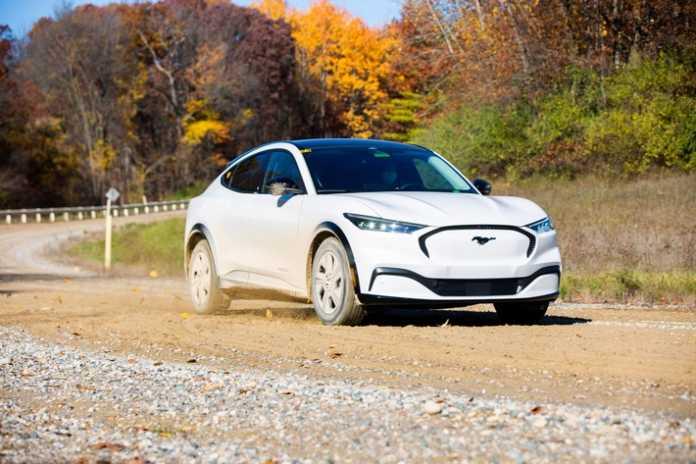 Roboter, Waschstraßen und Schotterpisten - extreme Tests beweisen Langlebigkeit des Ford Mustang Mach-E