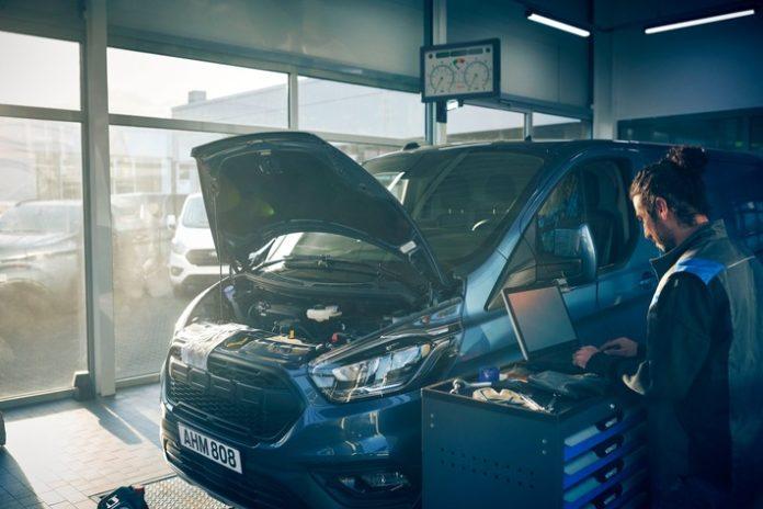 Neue Daten, die von Ford veröffentlicht wurden, zeigen die produktivitätssteigernden Vorteile von FORDLiive. Demnach haben FORDLiive-Spezialisten alleine in Großbritannien zwischen April und August 2021 ein Äquivalent von über 15.000 Tagen an zusätzlicher Fahrzeugauslastung ermöglicht. Dies bedeutet: Der Anteil der hierdurch beschleunigten Reparaturen hat sich im Erfassungszeitraum fast verfünffacht. FORDLiive ist als kostenlos verfügbarer Dienst konzipiert und reduziert die servicebedingten Ausfall- und Standzeiten von Ford-Nutzfahrzeugen, die mit einem FordPass Connect-Modem ausgestattet sind, durch eine effizientere Steuerung der notwendigen Wartungs- und Reparaturarbeiten. Der Mehrwert für diese Kunden: weniger vermeidbare Pannen, weniger Werkstattbesuche und schnellere Reparaturen. / Daten zeigen Vorteile von FORDLiive: Schon jetzt weniger Ausfallzeiten bei Kundenfahrzeugen dank neuem Service / Weiterer Text über ots und www.presseportal.de/nr/6955 / Die Verwendung dieses Bildes ist für redaktionelle Zwecke unter Beachtung ggf. genannter Nutzungsbedingungen honorarfrei. Veröffentlichung bitte mit Bildrechte-Hinweis.